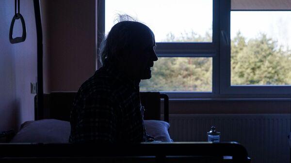 Пожилой мужчина в палате - Sputnik Латвия