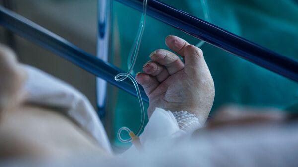 Пациент с COVID-19 в палате интенсивной терапии в коронавирусном отделении Даугавпилской региональной больницы - Sputnik Латвия