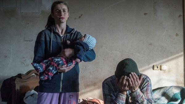 Azats Gevorkjans un viņa sieva Anaika pamet mājas Lačinas pilsētā  - Sputnik Latvija