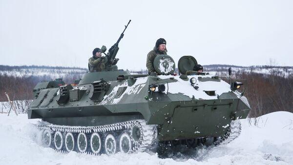 Военнослужащие во время тактических учений мотострелковой бригады Северного флота - Sputnik Латвия