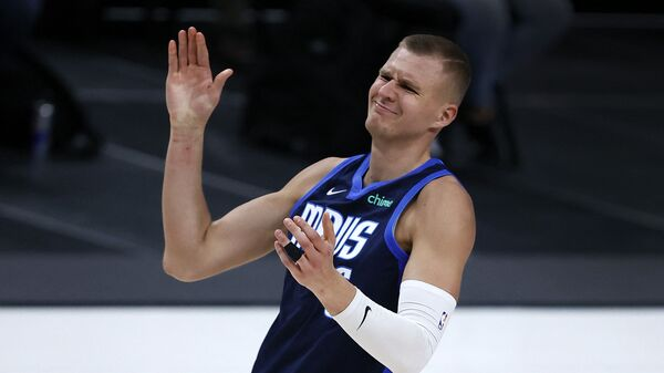 Латвийский баскетболист Кристапс Порзингис, выступающий за команду «Даллас Маверикс» - Sputnik Латвия