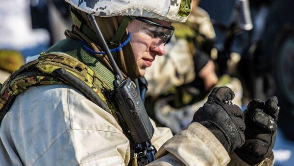 Военнослужащий Управления кибервойск Эстонии на полевых учениях - Sputnik Латвия