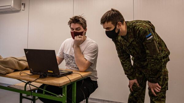 Призывник и военнослужащий Управления кибервойск Эстонии  - Sputnik Latvija