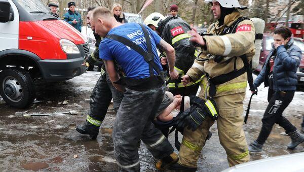 Спасатели выносят ребенка, пострадавшего при взрыве жилого дома в подмосковном городе Химки - Sputnik Латвия