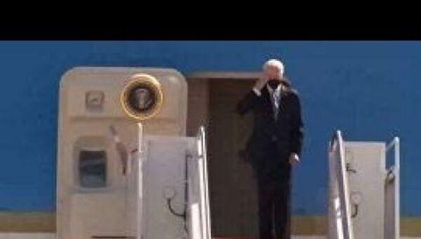 Неудачный подъем президента США по трапу самолета попал на видео - Sputnik Латвия