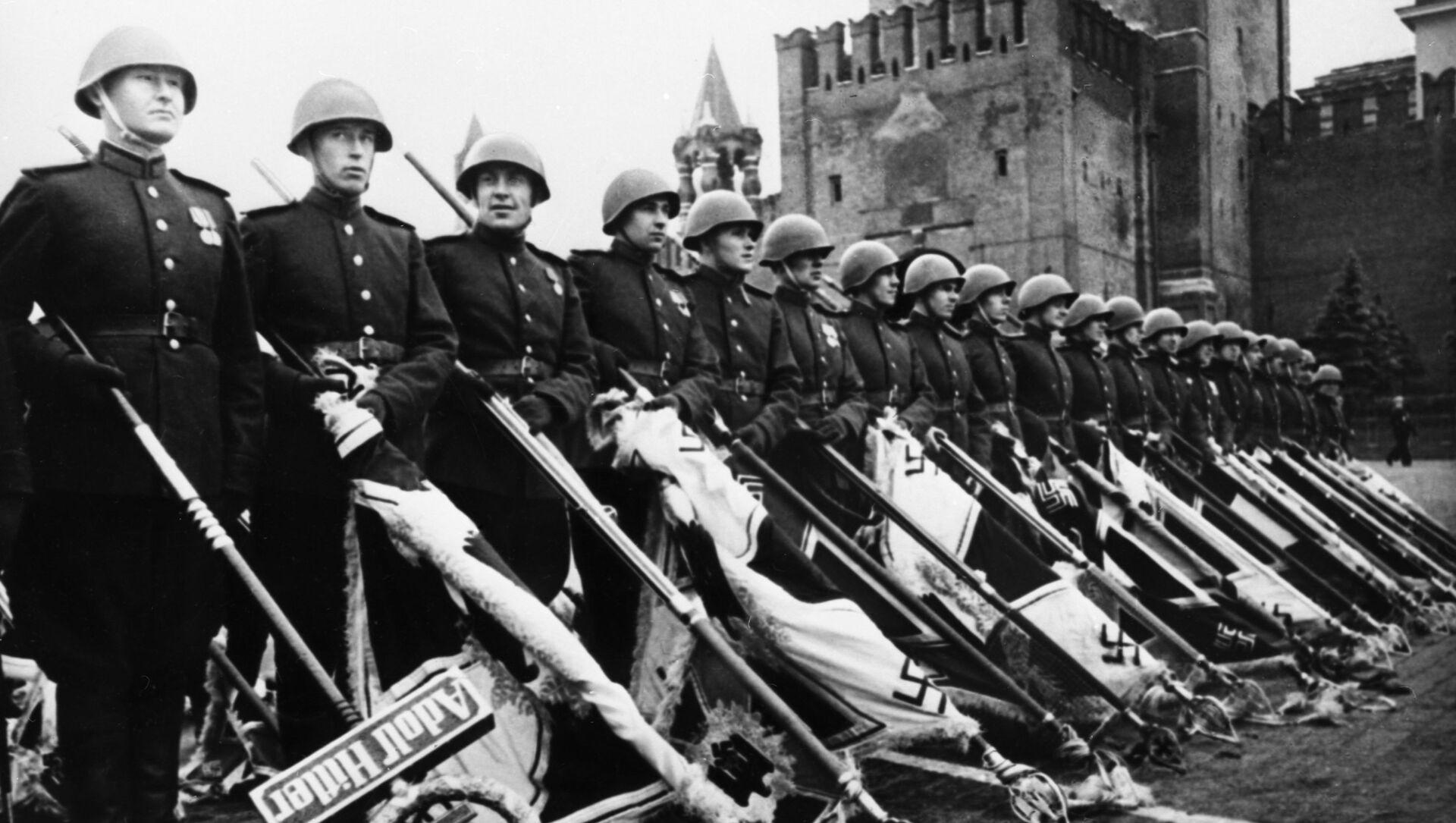 Парад Победы на Красной площади в Москве 24 июня 1945 года в ознаменование разгрома фашистской Германии во Второй мировой войне - Sputnik Latvija, 1920, 10.05.2021