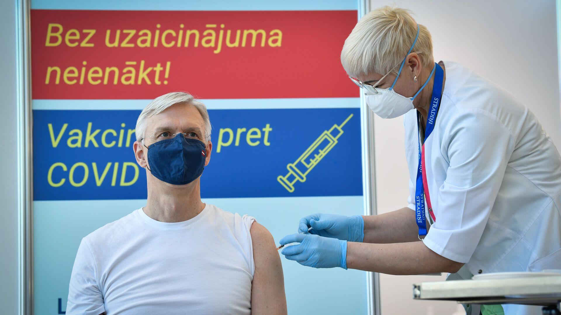 Премьер министр Латвии Кришьянис Кариньш в пункте вакцинации от COVID-19 - Sputnik Латвия, 1920, 23.06.2021