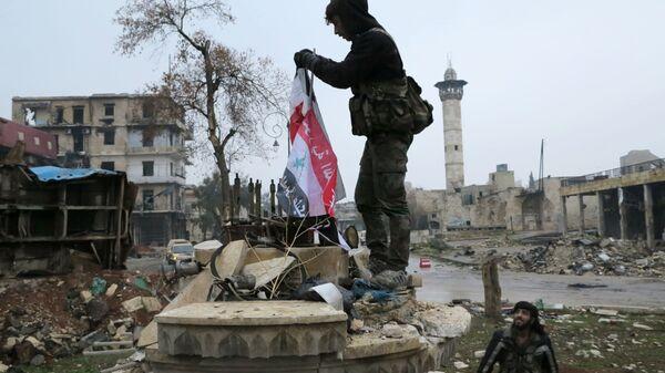 Военнослужащие в освобожденном квартале восточного Алеппо - Sputnik Latvija