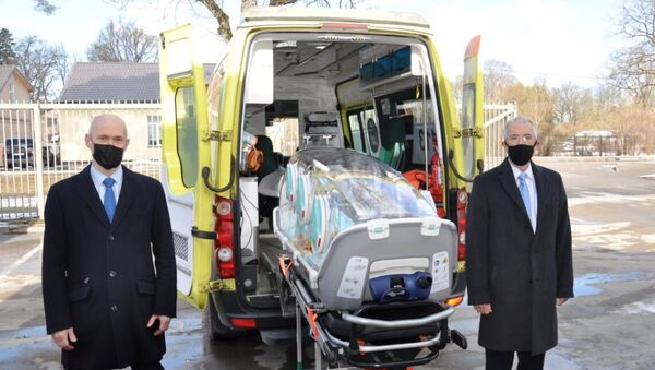 Посольство США в Латвии предоставило Службе неотложной медпомощи капсулы для транспортировки тяжелобольных пациентов - Sputnik Латвия