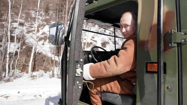 Krievijas prezidents Vladimirs Putins vada visurgājēju atpūtā taigā - Sputnik Latvija
