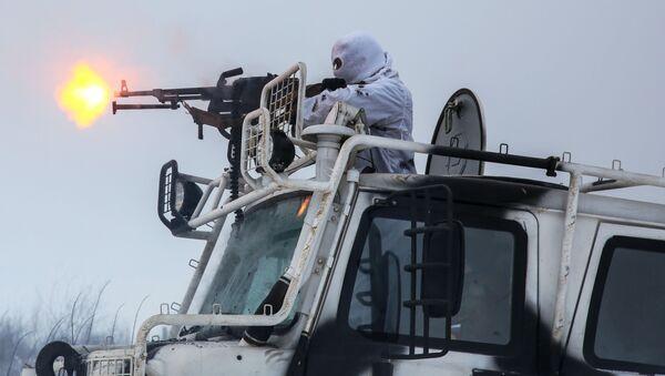 Военнослужащие разведывательного подразделения Печенгской бригады Северного флота на занятиях по тактической подготовке на боевых арктических вездеходах Алеут - Sputnik Латвия