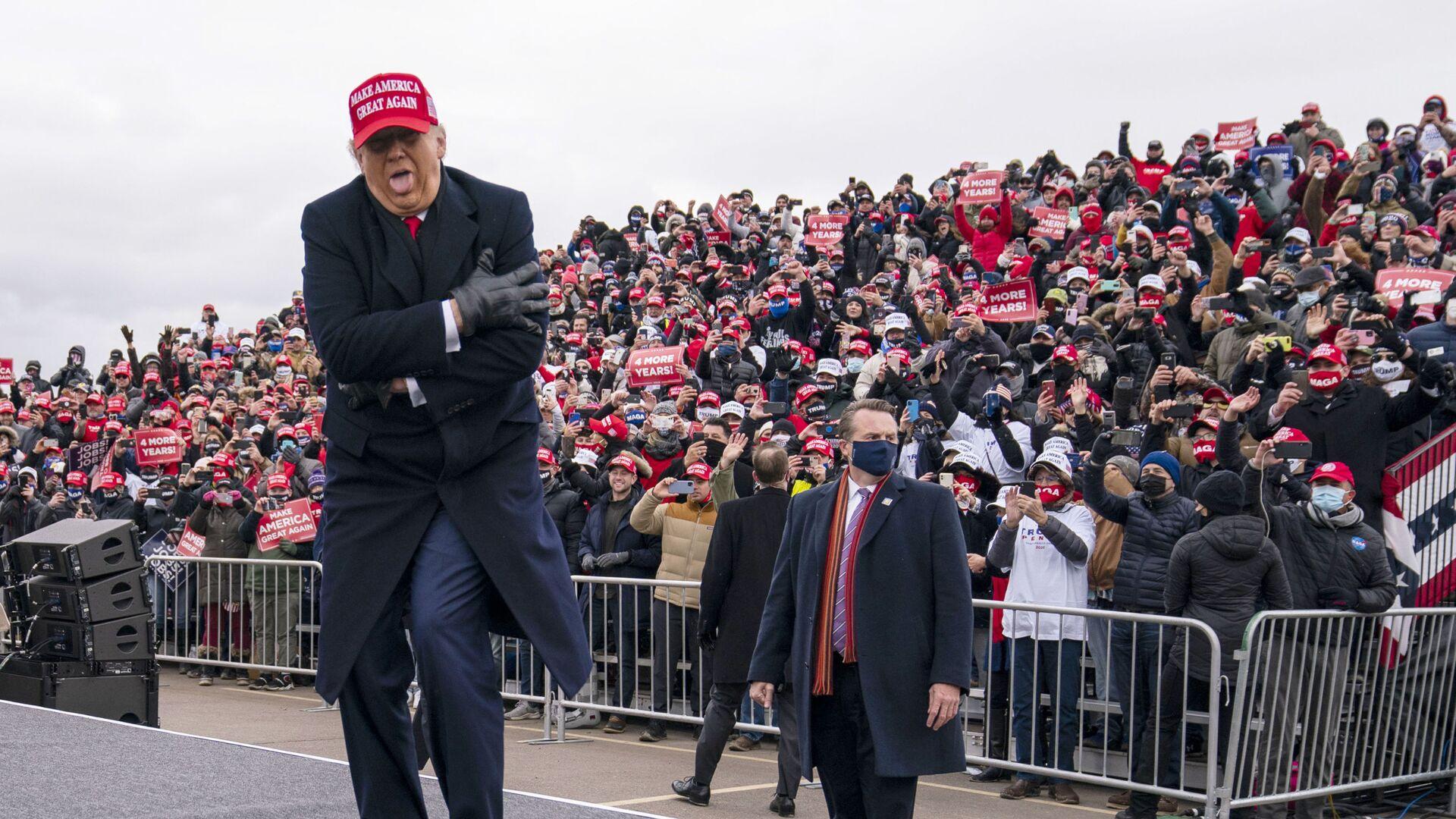 Президент США Дональд Трамп шутит о том, как он замерз, во время ралли в Мичигане, 2020 год  - Sputnik Latvija, 1920, 13.10.2021