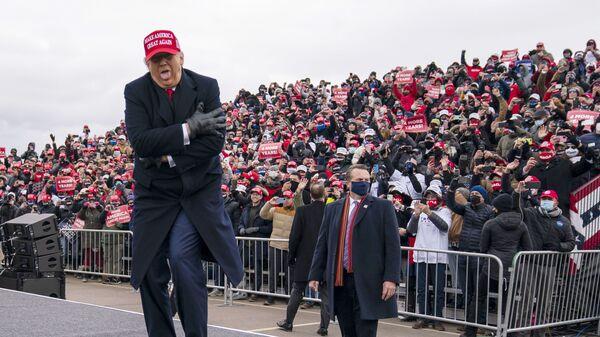Президент США Дональд Трамп шутит о том, как он замерз, во время ралли в Мичигане, 2020 год  - Sputnik Latvija