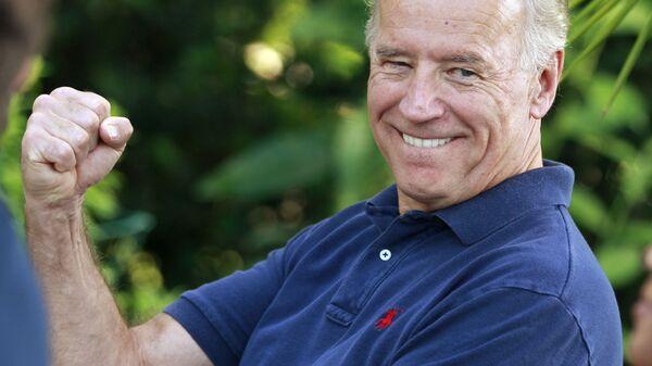 Вице-президент США Джо Байден шутит об ошибке Блюменталя, имея в виду частые ошибочные заявления генерального прокурора Коннектикута о службе во Вьетнаме, 2010 год - Sputnik Латвия
