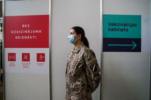 Военная у входа в кабинет вакцинации. - Sputnik Латвия