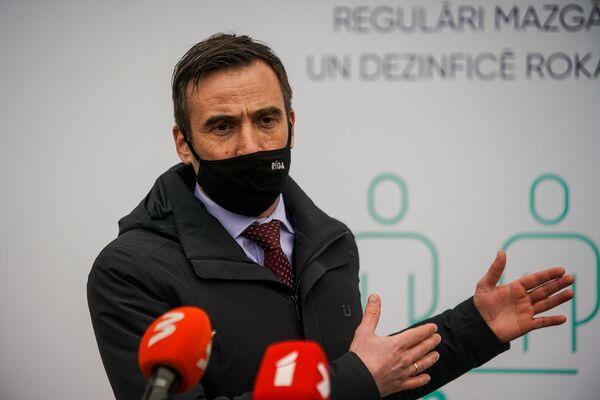 Мэр Риги Мартиньш Стакис на открытии центра вакцинации. - Sputnik Латвия