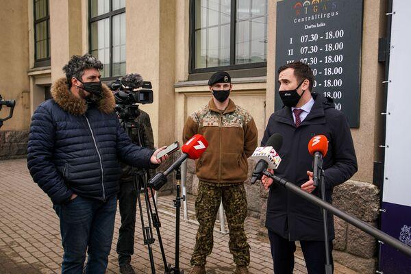 Мэр Риги дает интервью у центра вакцинации. - Sputnik Латвия