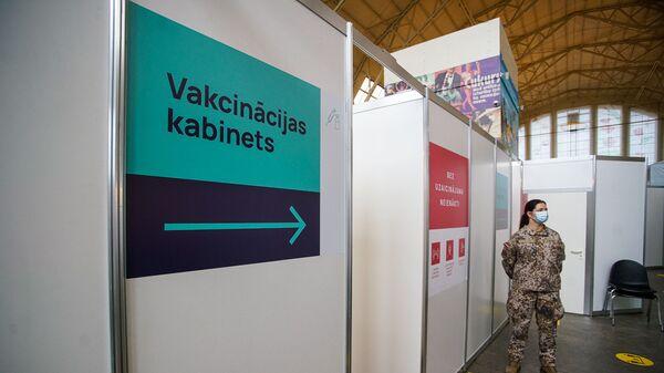 В центре вакцинации в гастрономическом павильоне Центрального рынка в Риге - Sputnik Латвия