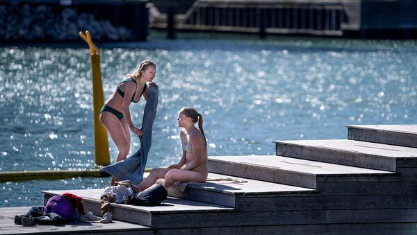 Девушки наслаждаются теплой погодой в Копенгагене - Sputnik Latvija