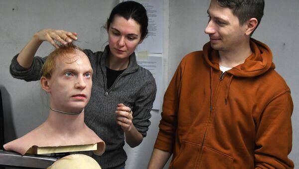 Promobot Tālo Austrumu filiāles direktors Pjotrs Čegodajevs un viņa vietniece Aleksandra Čegodajeva strādā ar mākslīgās ādas eksperimentālajiem paraugiem mākslīgās ādas izstrādes laboratorijā - Sputnik Latvija