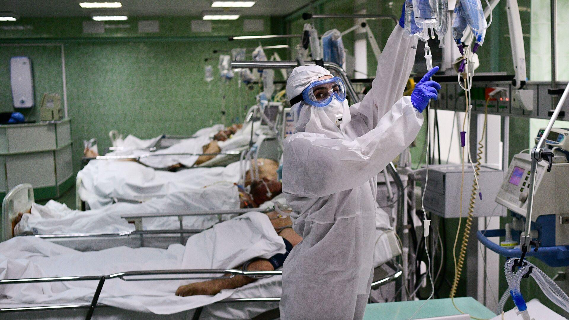 Врач и пациенты в отделении для лечения пациентов с  COVID-19 - Sputnik Latvija, 1920, 05.08.2021