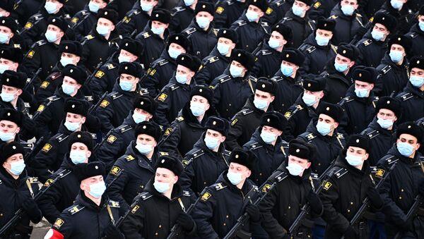 Военнослужащие во время репетиции военного парада, приуроченного к 76-летию Победы в Великой Отечественной войне, в подмосковном Алабино - Sputnik Latvija