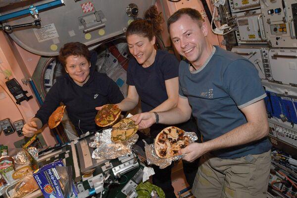 Picas gatavošanas process kosmosā neatšķīrās no ierastā, tiesa, krāsns izskatās nedaudz citādāk, un pati pica var aizlidot. - Sputnik Latvija