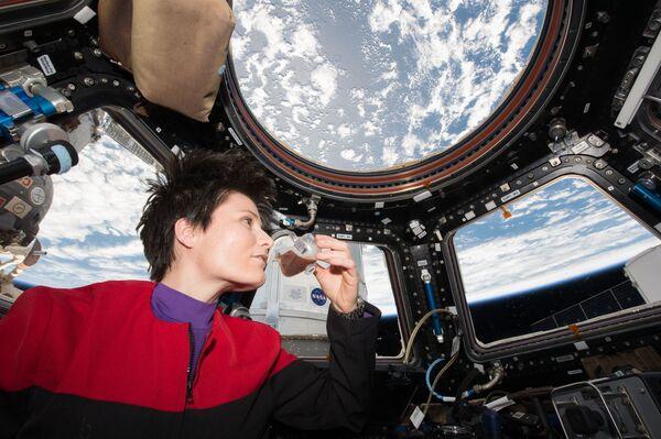 Itālijas astronaute Samanta Kristoforeti dzer kafiju no speciālas kafijas tases - Sputnik Latvija