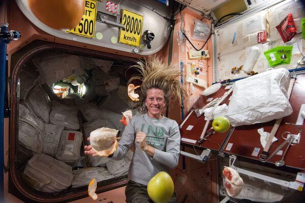 Amerikāņu astronaute Karene Naiberge ar lidojošiem augļiem - Sputnik Latvija