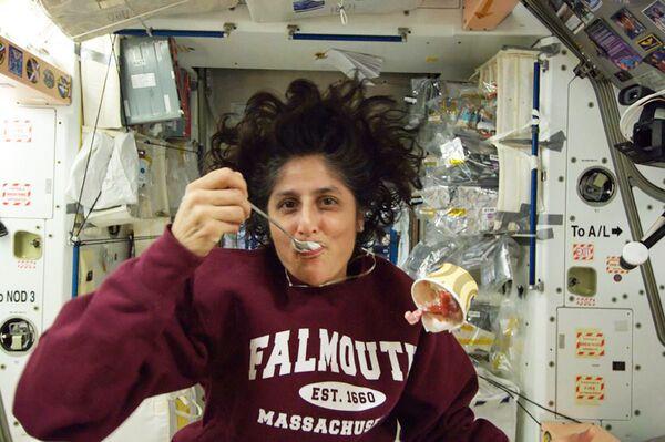 Amerikāņu astronaute Sunita Viljamsa ēd saldējumu - Sputnik Latvija