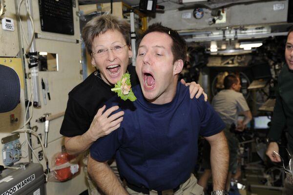 Franču astronauts Tomā Peskē un NASA astronaute Pegija Vitsone - Sputnik Latvija