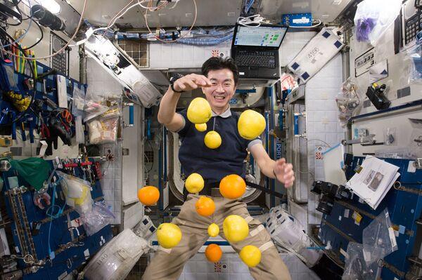 Japānas astronauts Kimija Juji ar lidojošiem augļiem - Sputnik Latvija