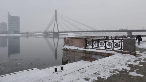 Вид с набережной 11 ноября на Вантовый мост, реку Даугава и центральное здание банка Сведбанк - Sputnik Латвия