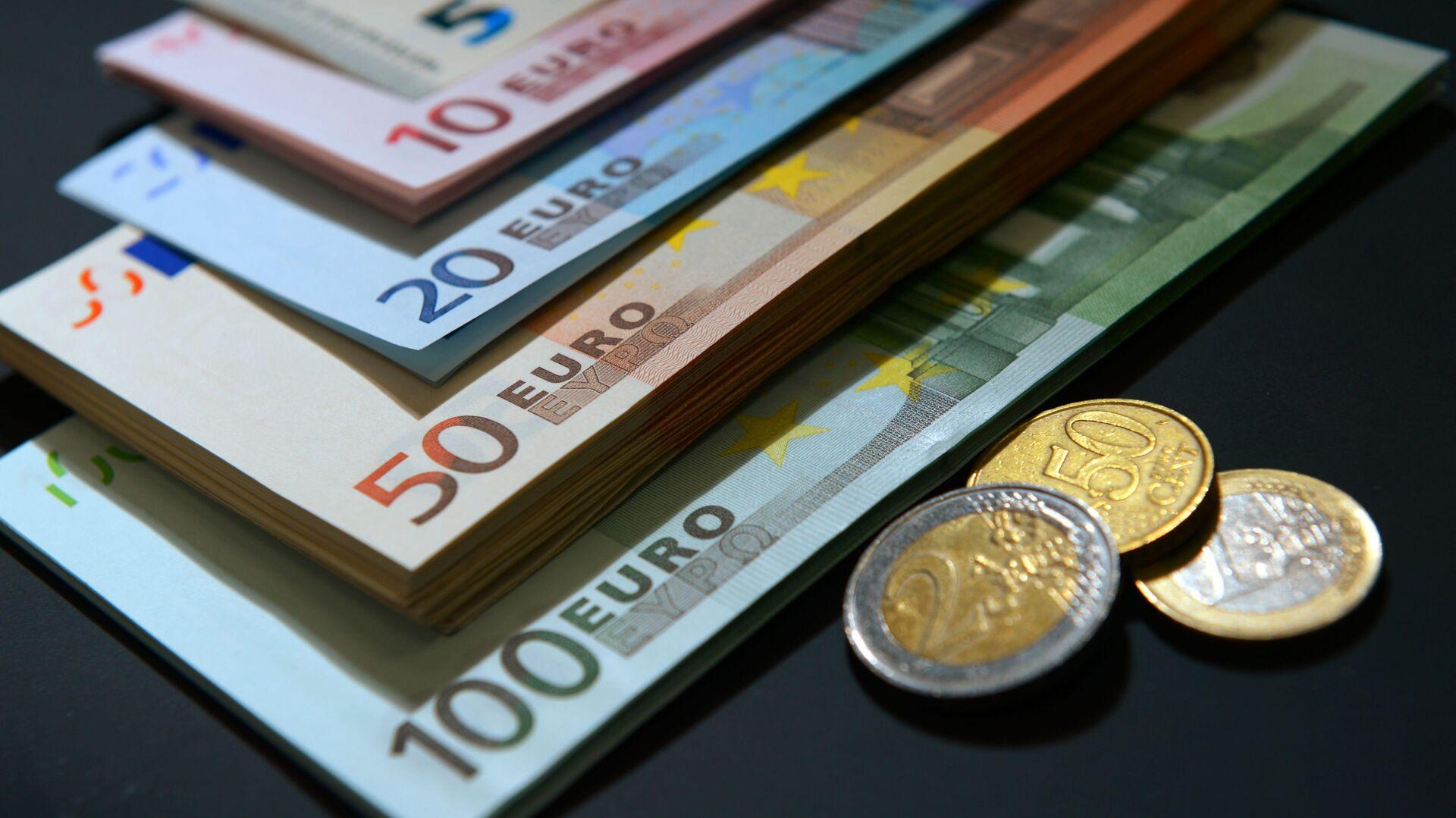 Купюры и монеты евро разного номинала. - Sputnik Латвия, 1920, 25.09.2021