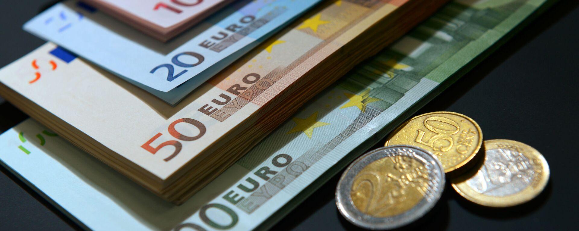 Купюры и монеты евро разного номинала. - Sputnik Латвия, 1920, 10.06.2021