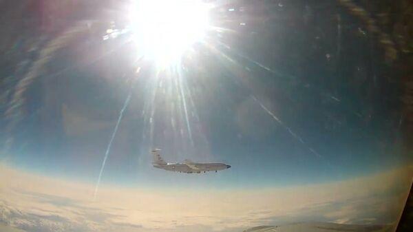 Сопровождение американского самолета разведчика над тихим океаном - Sputnik Latvija