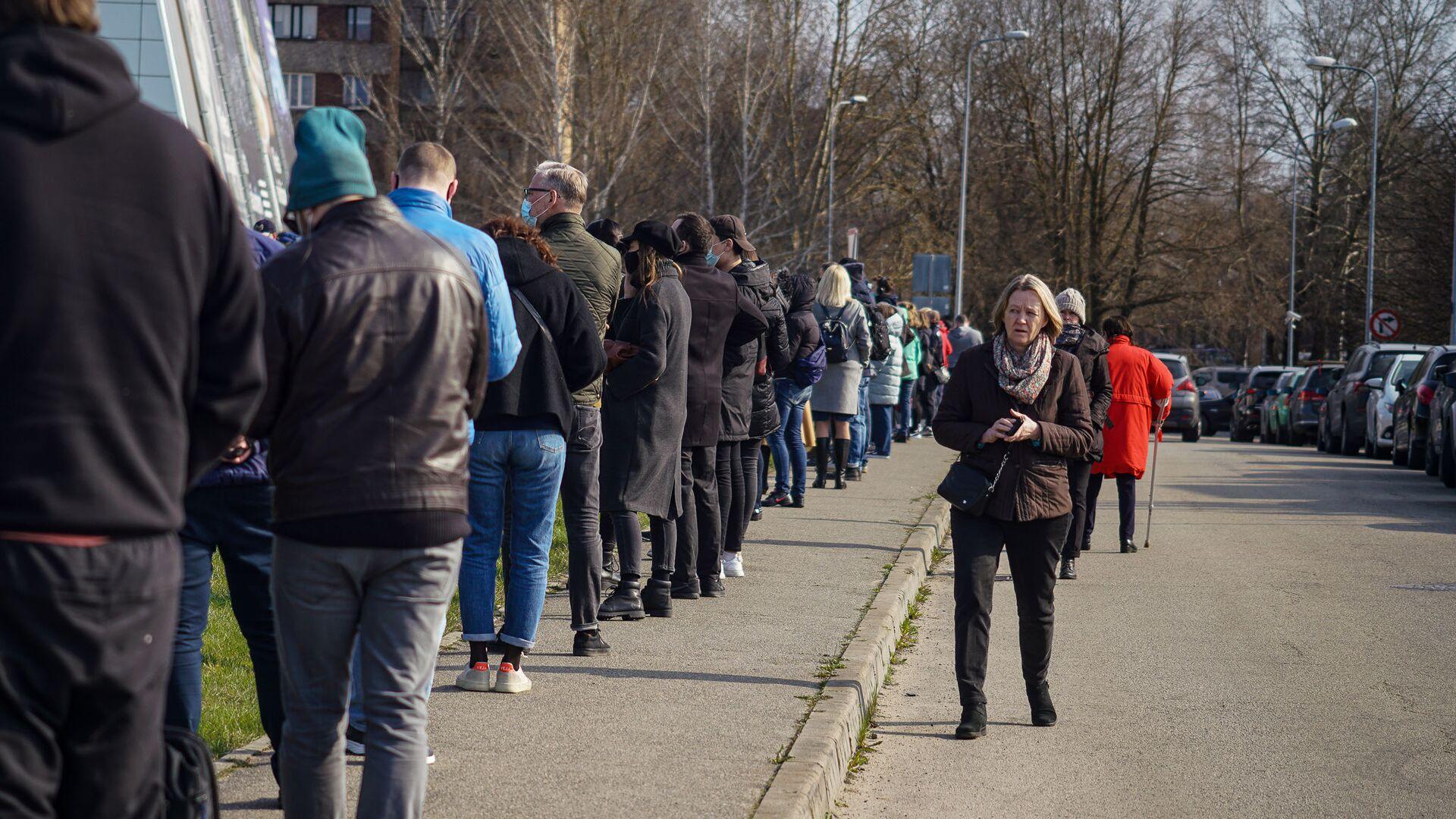 Люди стоят в очереди на прививку от COVID-19 в Риге - Sputnik Латвия, 1920, 28.06.2021