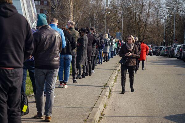 Среднее время ожидания в течение дня колебалось от получаса до полутора. - Sputnik Латвия
