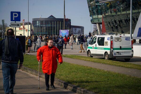 Примерно в 15:20 очередь в Atta Centre закрыли - тем, кто успел в нее встать, прививку сделали, остальных попросили прийти в другой день. - Sputnik Латвия