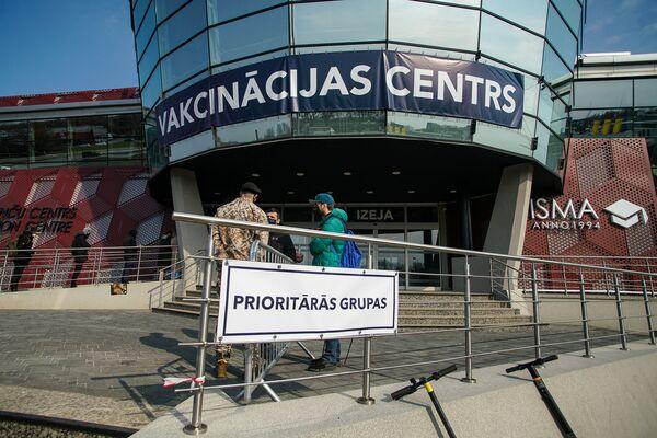 Очередь начала формироваться еще за полтора часа до открытия центра. - Sputnik Латвия