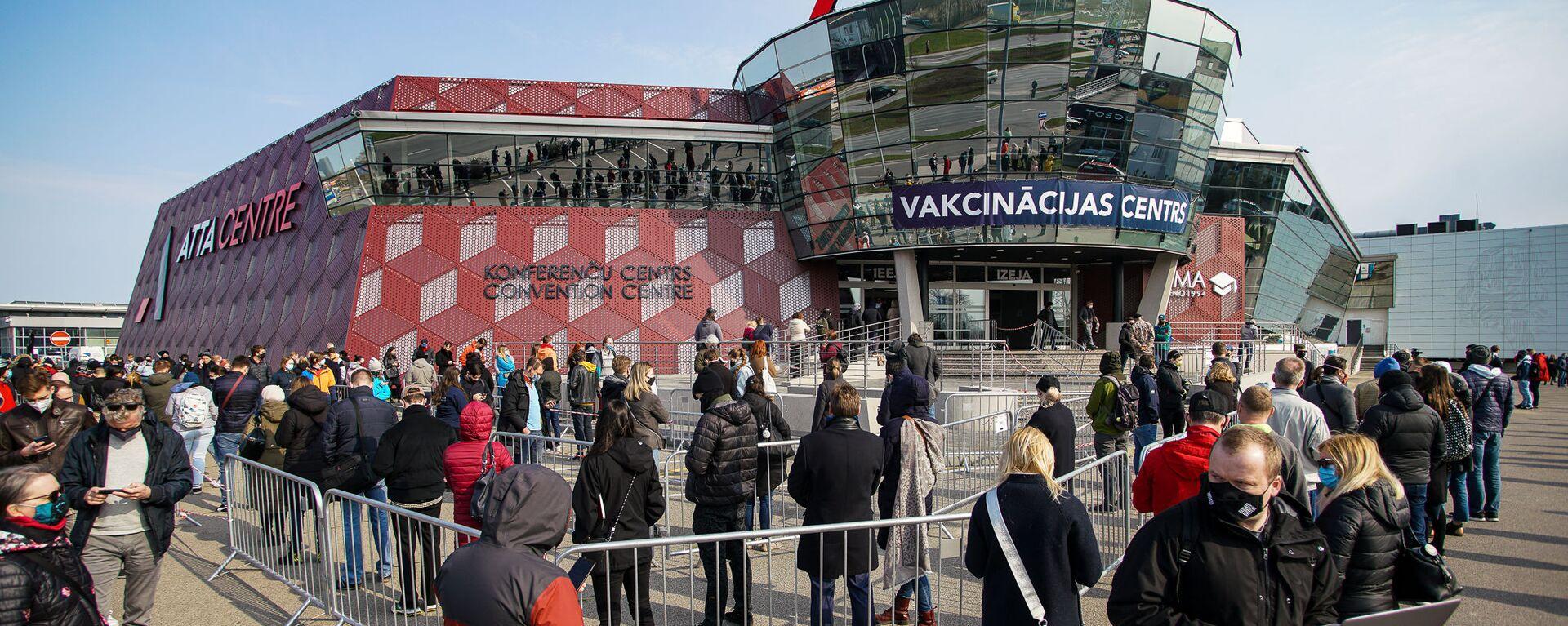 Люди стоят в очереди на прививку от COVID-19 в Риге - Sputnik Latvija, 1920, 17.04.2021