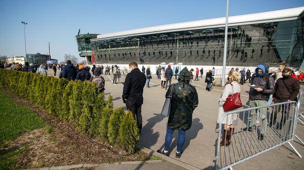 Люди стоят в очереди на прививку от COVID-19 в Риге - Sputnik Latvija