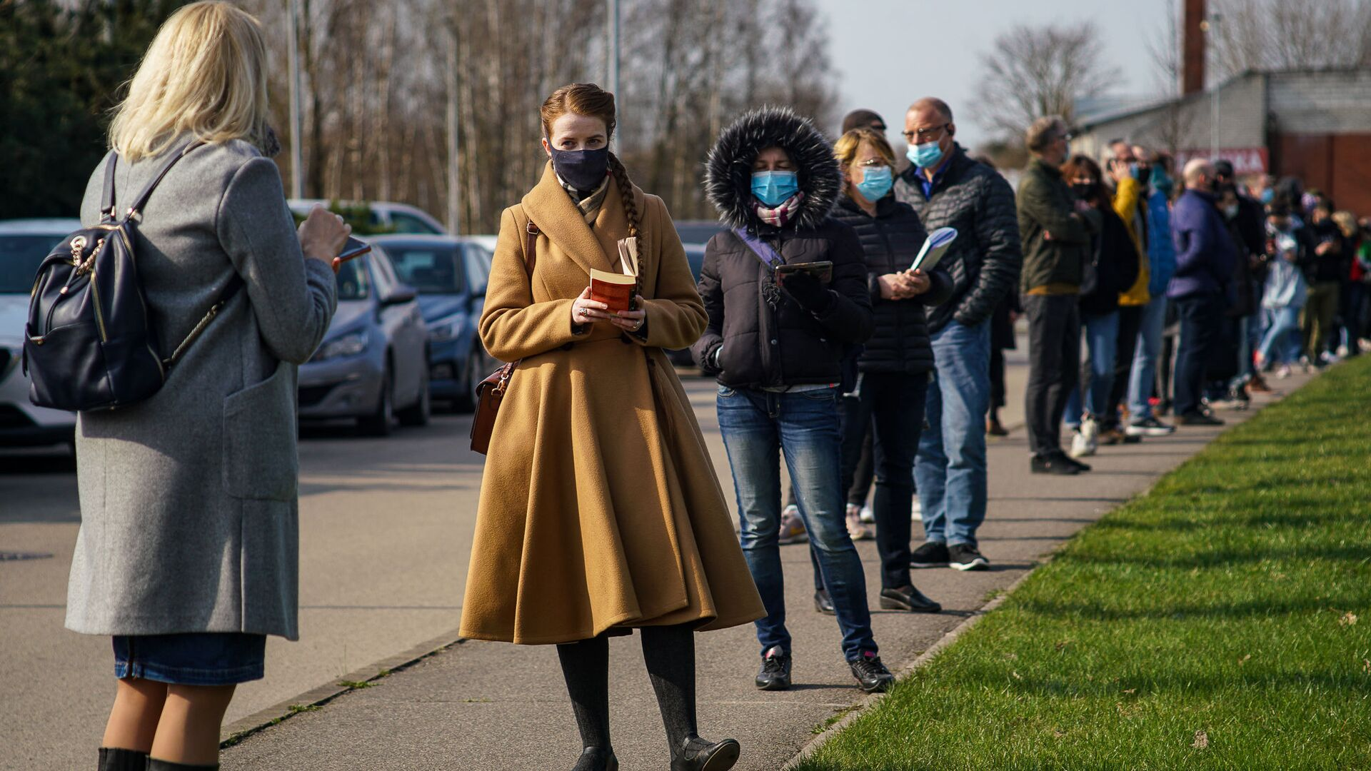 Люди стоят в очереди на прививку от COVID-19 в Риге - Sputnik Латвия, 1920, 29.06.2021