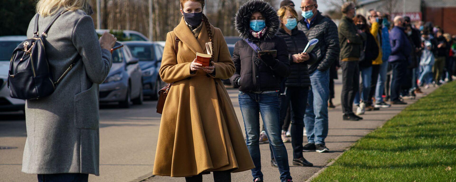 Люди стоят в очереди на прививку от COVID-19 в Риге - Sputnik Латвия, 1920, 07.06.2021