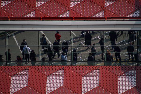 Люди стоят в очереди на прививку от COVID-19 в Риге. - Sputnik Латвия