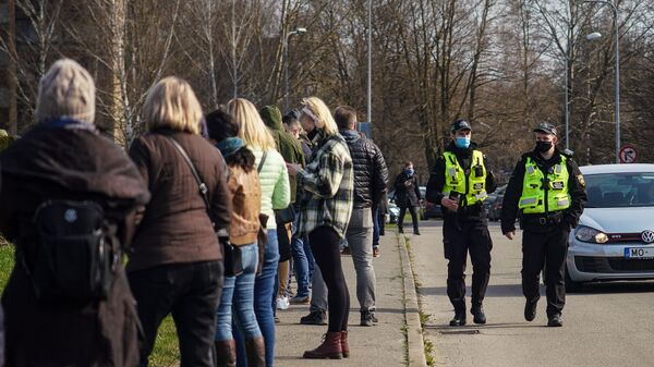 Люди стоят в очереди на прививку от COVID-19 в Риге - Sputnik Латвия