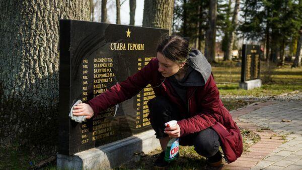 Субботник на воинском захоронении бойцов Красной армии в Елгаве на улице Грауду - Sputnik Латвия