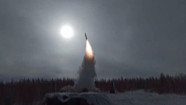 Боевые стрельбы ЗРС С-400 на полигоне Телемба в Бурятии - Sputnik Latvija