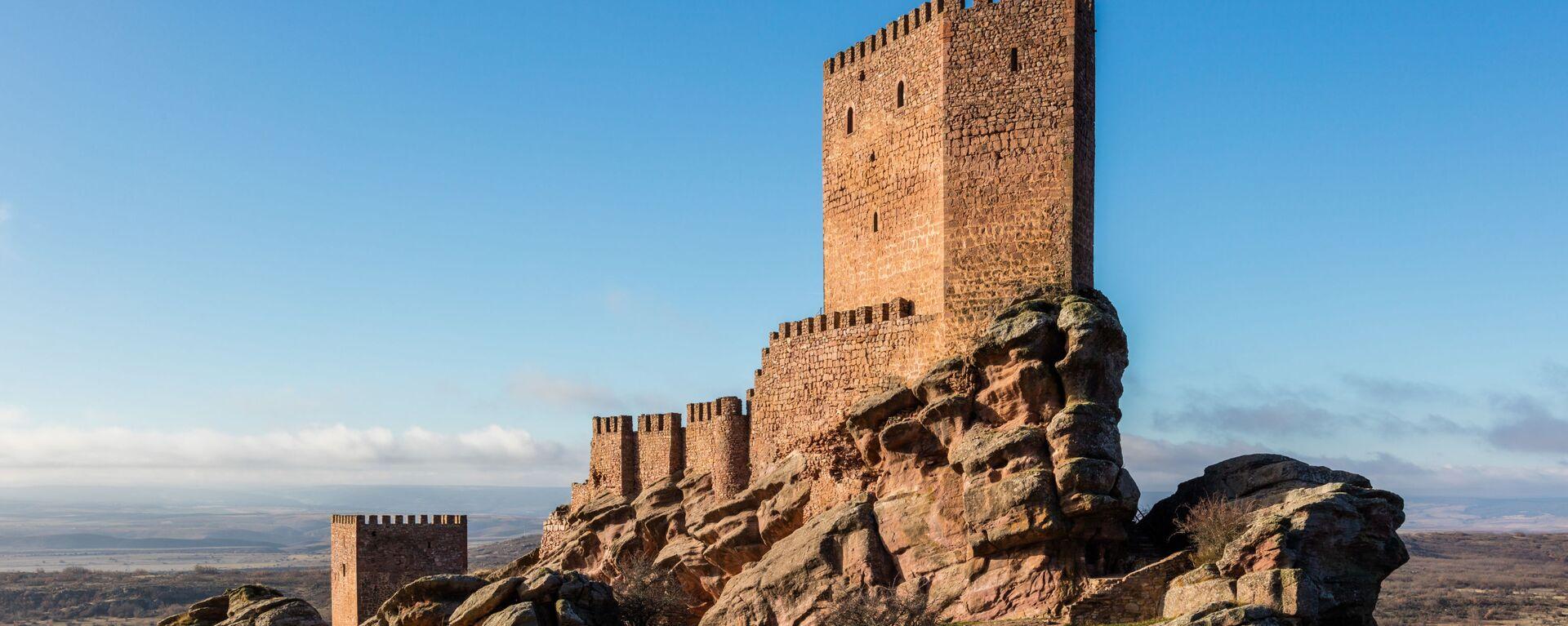 Замок Сафра XIII века, расположенный в испанской провинции Гвадалахара - Sputnik Latvija, 1920, 21.04.2021