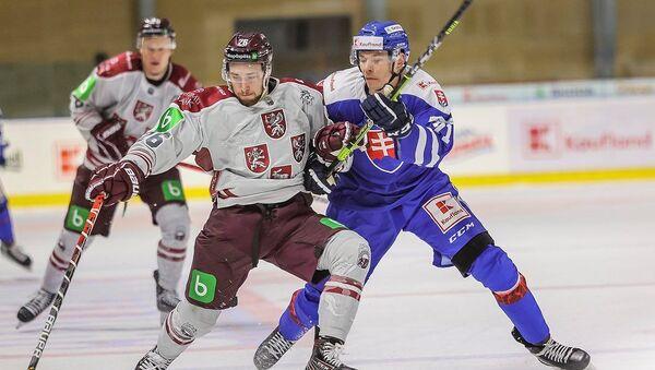 Матч между сборными Латвии и Словакии по хоккею. Увис Балинскис (слева) - Sputnik Латвия